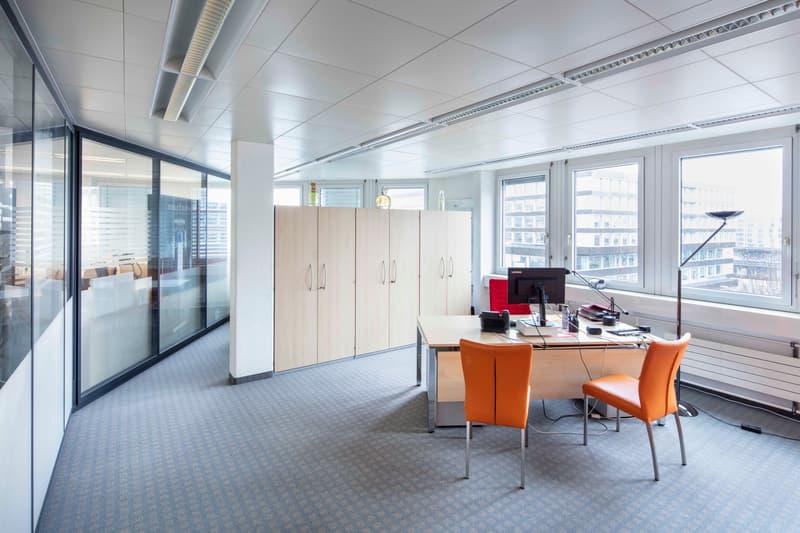 Bezugsbereite Bürofläche mit viel Glas - Parkplätze verfügbar. (2)