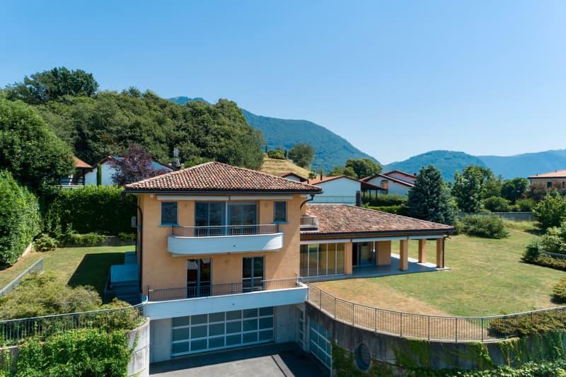 Spaziosa Villa di Architettura Classica con Ampio Giardino (2)