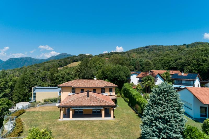 Spaziosa Villa di Architettura Classica con Ampio Giardino (1)