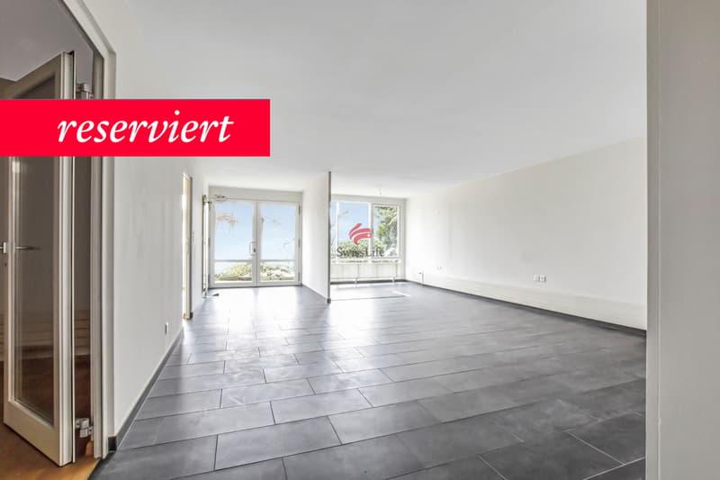 Wohn- / Essbereich mit grossen Fensterfronten