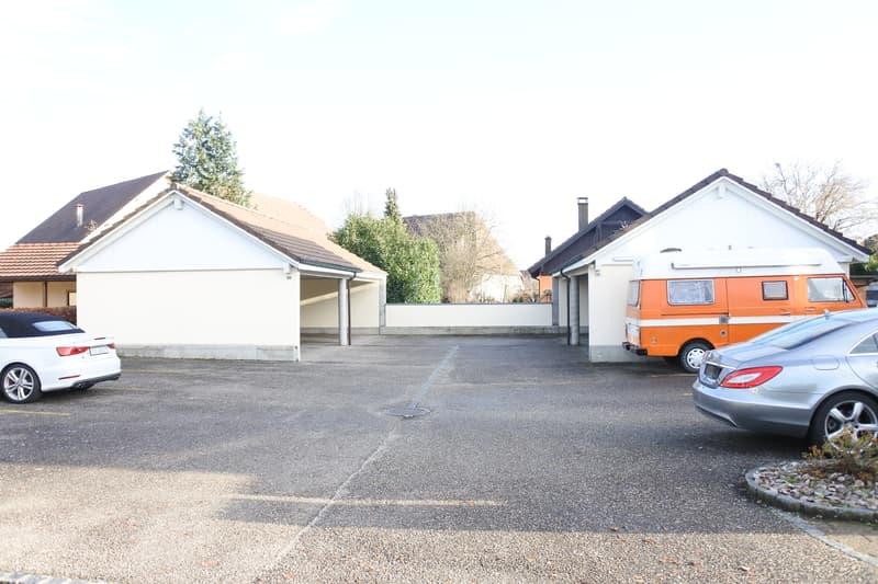 Parkplatz und Autounterstände