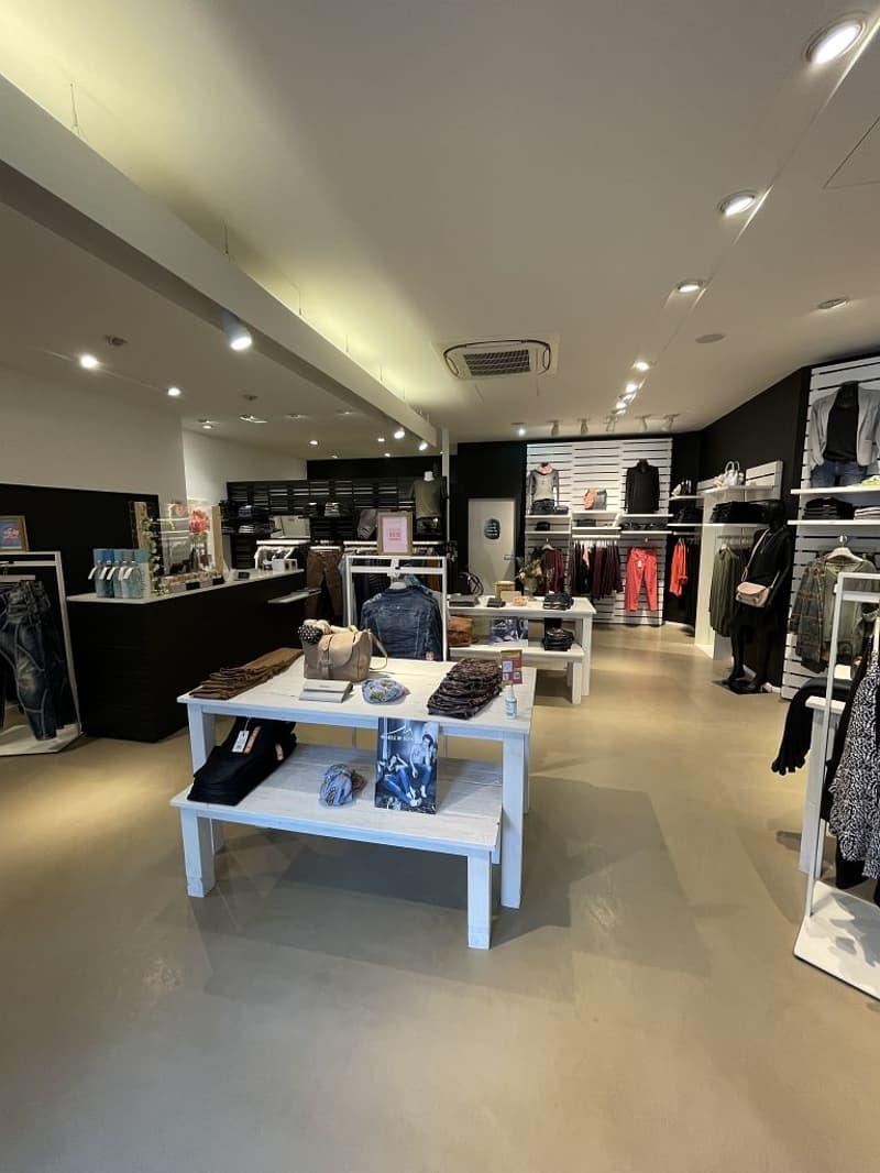 Die Ladenfläche von rund 97m2 befindet sich an bester Lage direkt beim Zugang zur Mall und vis-à-vis vom Bahnhof Lyss. (2)
