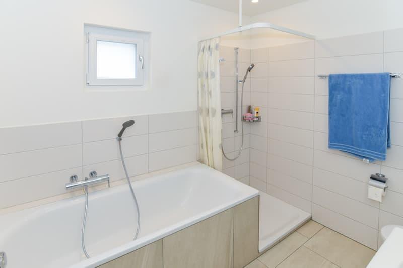 ...mit Badewanne und Dusche