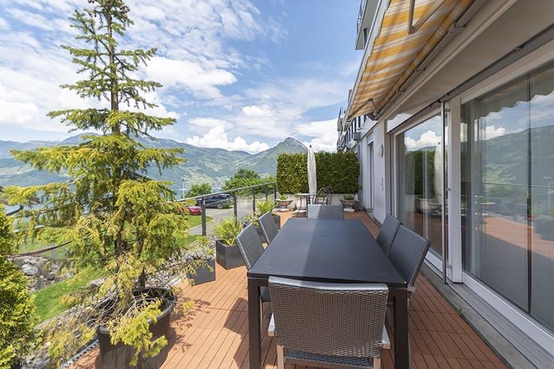 Grosse und ruhige Terrasse mit elektrischer Sonnenstore