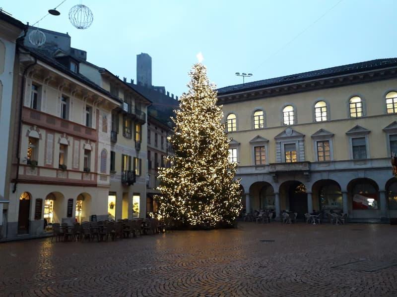 Piazza Collegiata nel periodo natalizio