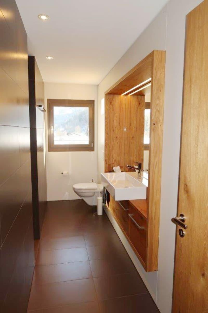 Die Nasszelle mit Toilette, Lavabo und Dusche