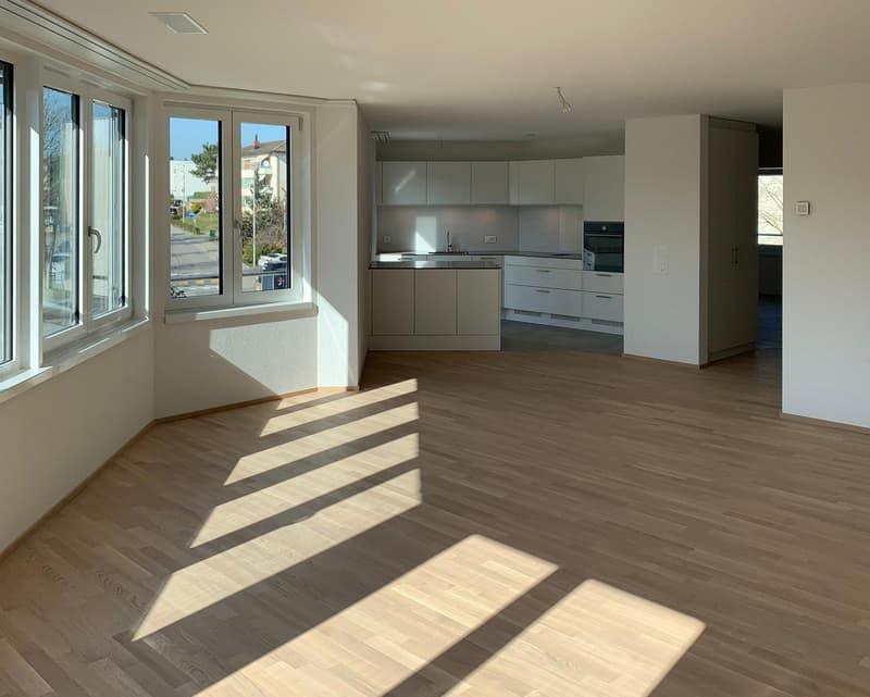 Wohnbereich mit Küche im Hintergrund