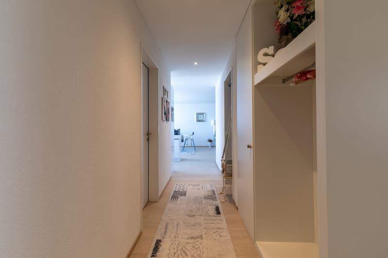 Entrée mit Garderobe und Korridor