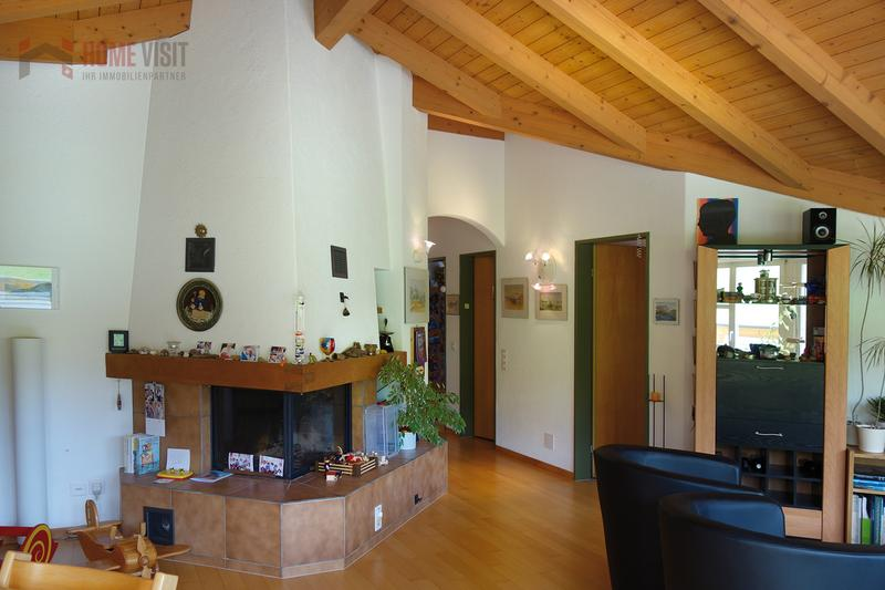 Wohnraum mit grossem Cheminée