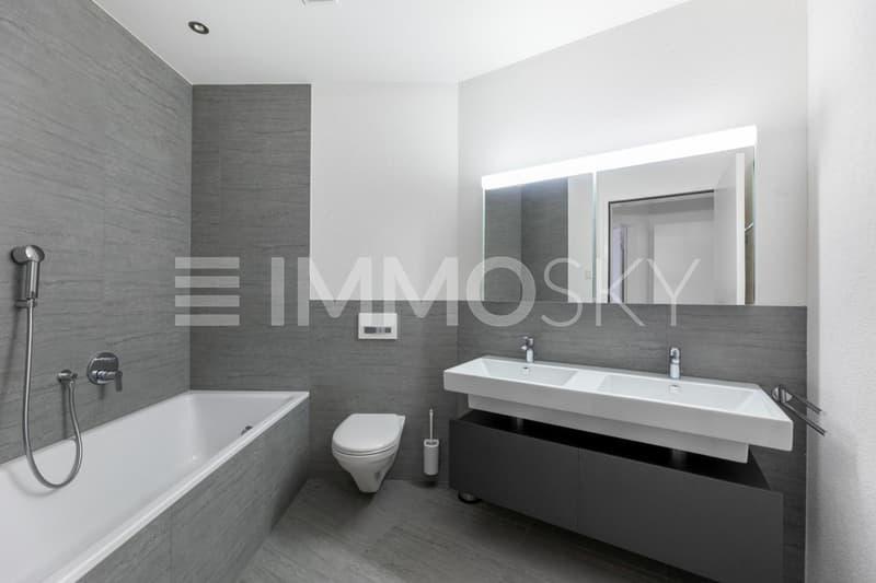 Bad/WC mit Feinstein/Keramikplatten und tollem Design, sehr modern