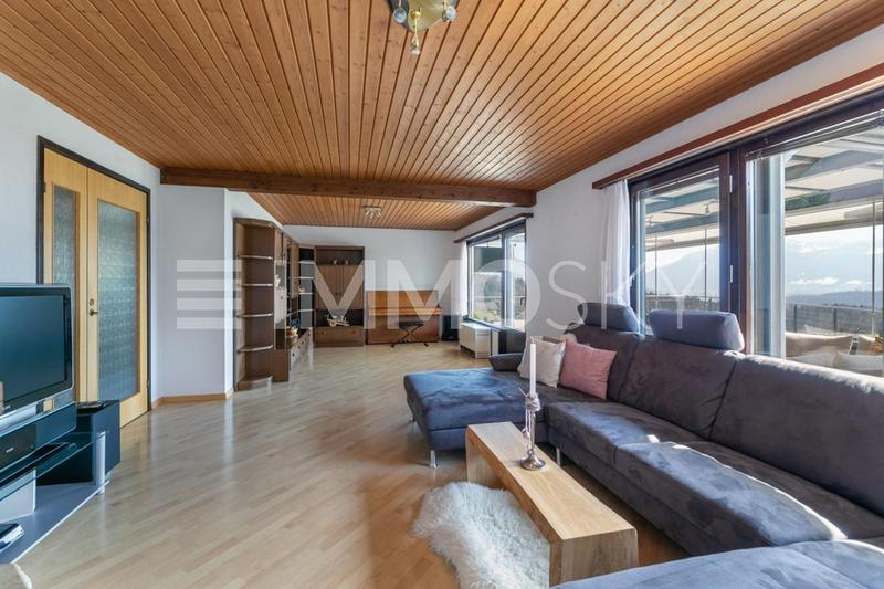 Geräumiges Wohnzimmer mit Chéemine