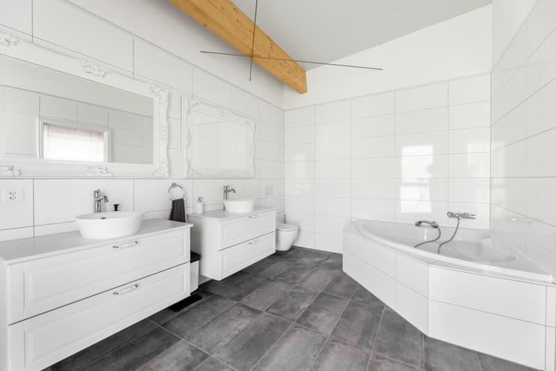 Nasszelle mit Badewanne und Dusche