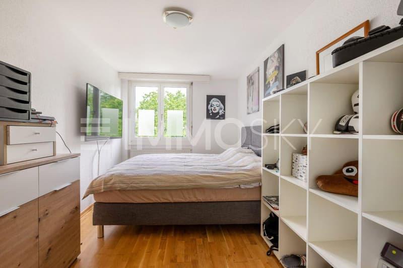 Grosse Schlafzimmer mit Blick ins Grüne