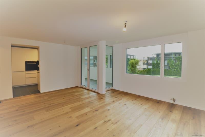 Wohnzimmer mit Zugang Küche und Wintergarten