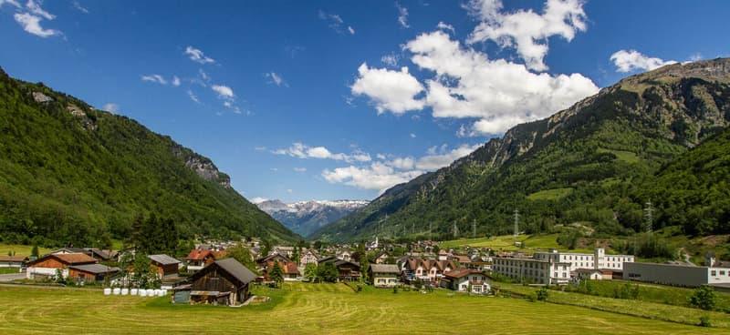 Neubau Doppel-Einfamilienhäuser mit Sicht auf die Glarner Alpen (4)