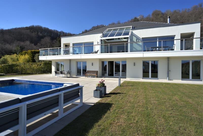 Facade avec terrasse et piscine